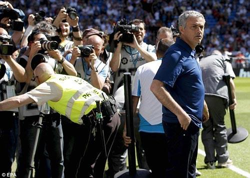 """Mourinho bị """"quây"""" ngay trên sân - 4"""