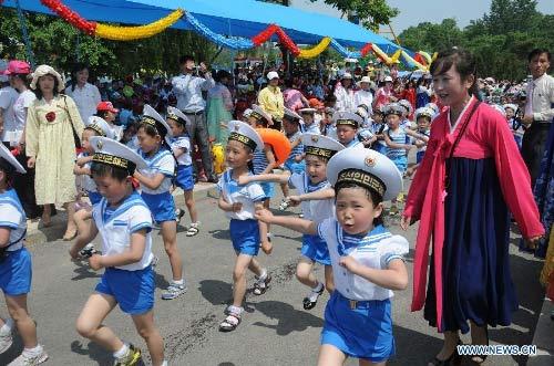 """Trẻ em Triều Tiên lái """"xe tăng"""" mừng 1/6 - 2"""