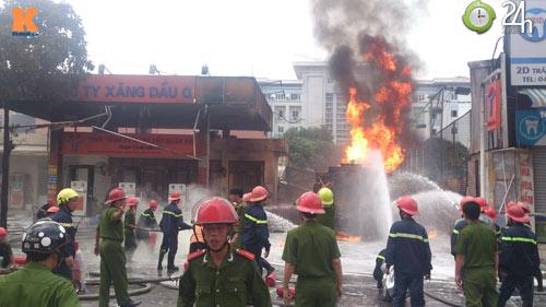 Cháy ở cây xăng: 8 cảnh sát nhập viện - 3