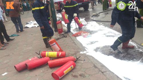 Cháy ở cây xăng: 8 cảnh sát nhập viện - 6