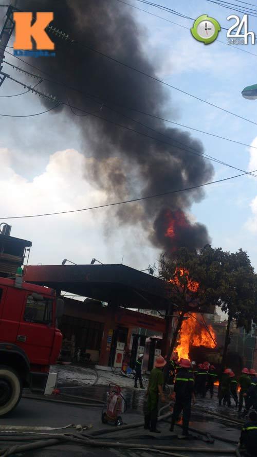 Cháy ở cây xăng: 8 cảnh sát nhập viện - 1