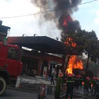 Cháy ở cây xăng: 8 cảnh sát nhập viện