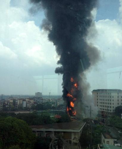 Cháy ở cây xăng: 8 cảnh sát nhập viện - 5