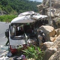 Ô tô lao vào vách núi, 7 người tử nạn