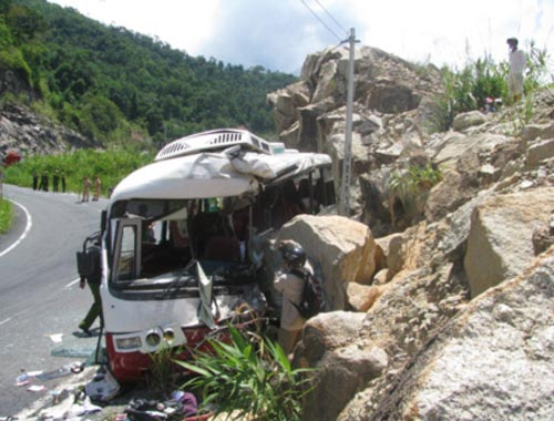 Ô tô lao vào vách núi, 7 người tử nạn - 2