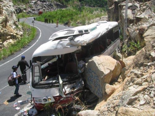 Ô tô lao vào vách núi, 7 người tử nạn - 3