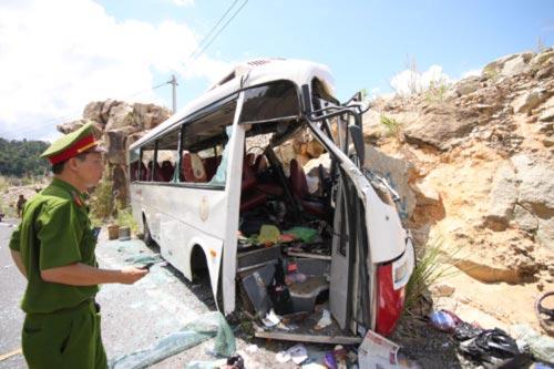 Ô tô lao vào vách núi, 7 người tử nạn - 5