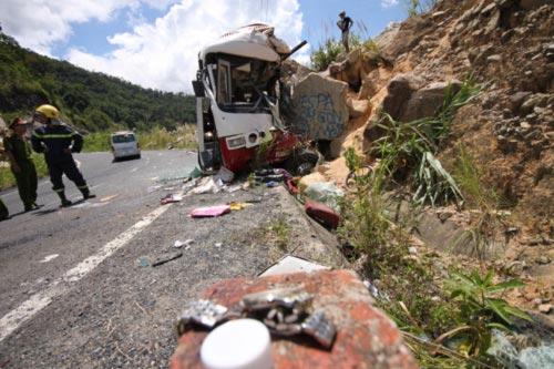 Ô tô lao vào vách núi, 7 người tử nạn - 6