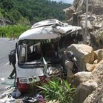 Tin tức trong ngày - Ô tô lao vào vách núi, 7 người tử nạn