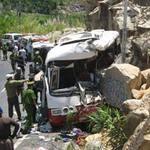 Tin tức trong ngày - Ô tô lao vào vách núi: Lời kể nạn nhân