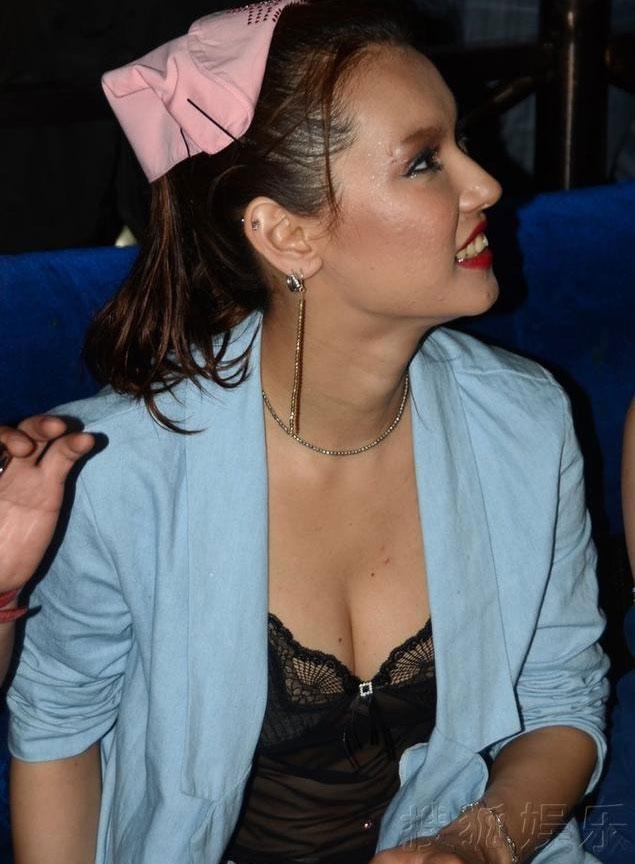 Maria Ozawa mặc áo ngủ đến quán bar - 1