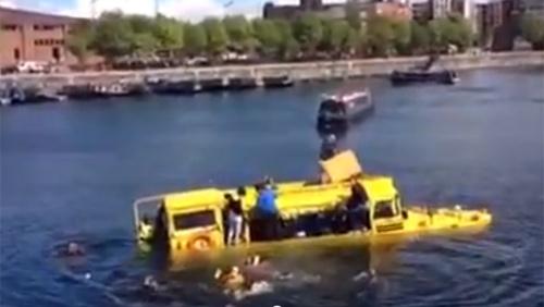 Xe buýt lội nước bị chìm: 31 hành khách kêu cứu - 1