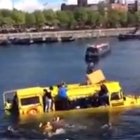 Xe buýt lội nước bị chìm: 31 hành khách kêu cứu