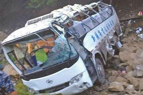 TQ: Xe du lịch lao xuống vực, 13 người tử nạn - 2