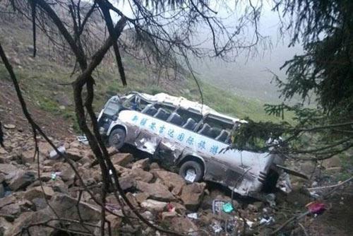TQ: Xe du lịch lao xuống vực, 13 người tử nạn - 1