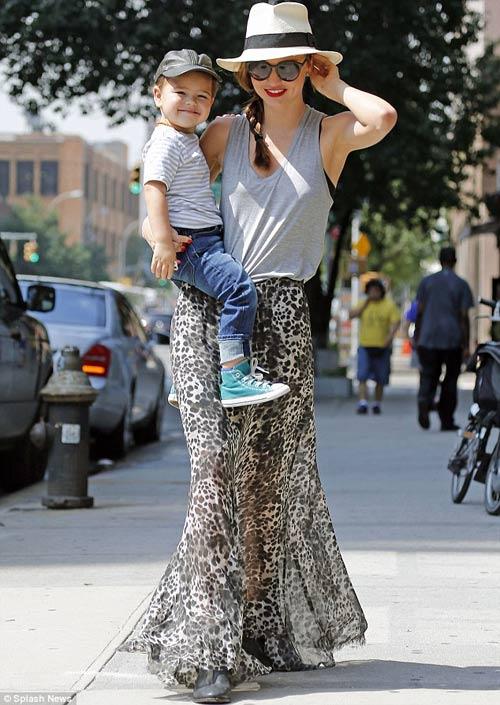Mẹ con Miranda Kerr sáng bừng góc phố - 1
