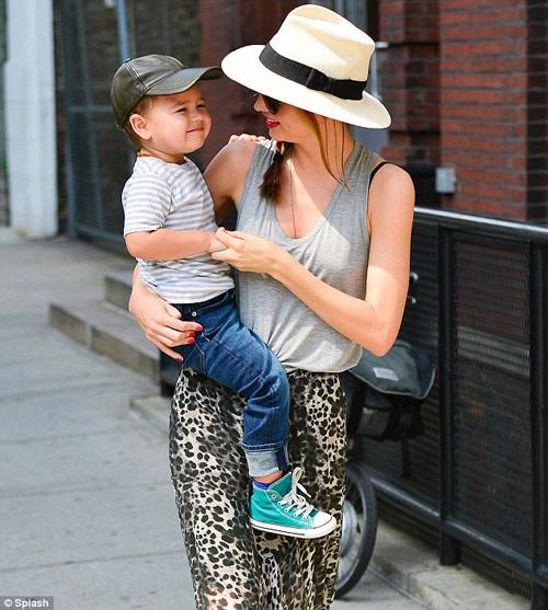 Mẹ con Miranda Kerr sáng bừng góc phố - 3