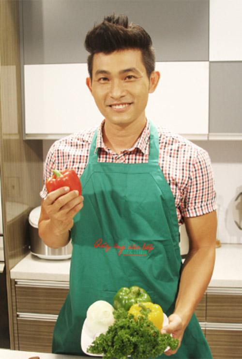 """Hồng Ân làm """"Quý ông vào bếp"""", Ca nhạc - MTV, Nguyen Hong an, Hong an vao bep, nhip song gia dinh, bo luc lac ruou vang, ca si, ca si vao bep, am nhac, ca nhac"""