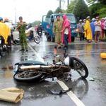 Tin tức trong ngày - Chạy mưa, đâm đầu xe tải, 2 người thương vong