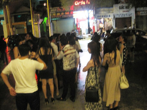 TP.HCM: 200 dân chơi tháo chạy khỏi quán bar, An ninh Xã hội, quan bar, dan choi, hut shisha, ma tuy, cong an, te nan xa hoi, tin tuc, tin hot, tin hay, vn