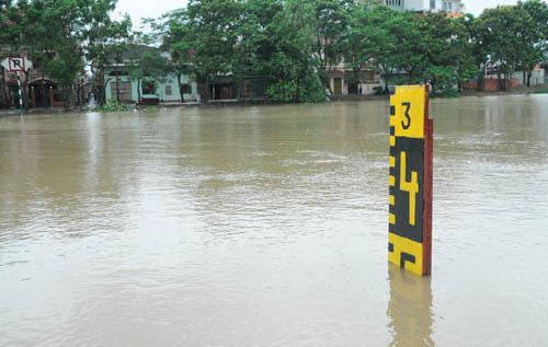 Bão chưa về, đường phố Hải Phòng đã ngập