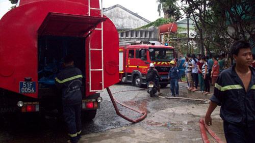 Cháy công ty giày da, 3 công nhân bị thương - 1