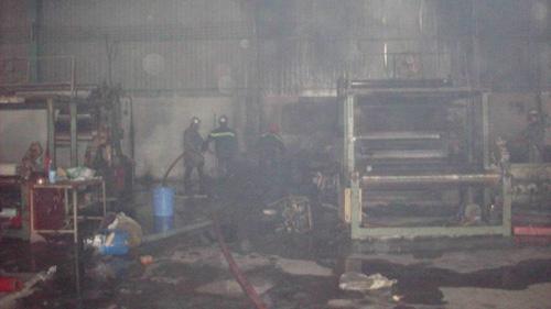 Cháy công ty giày da, 3 công nhân bị thương - 6
