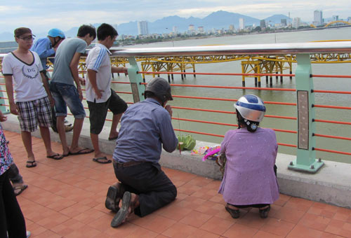 Đà Nẵng: Nam thanh niên nhảy cầu tự tử - 2