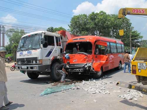 Xe khách đâm xe tải, hành khách hút chết - 2