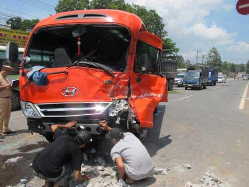 Xe khách đâm xe tải, hành khách hút chết - 1