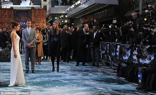Thót tim vì đôi chân của Emma Watson - 5