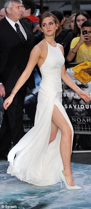 Thót tim vì đôi chân của Emma Watson - 1