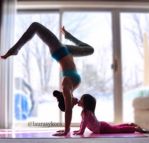 """Bà mẹ 2 con gây xôn xao nhờ """"nghiện"""" yoga - 3"""