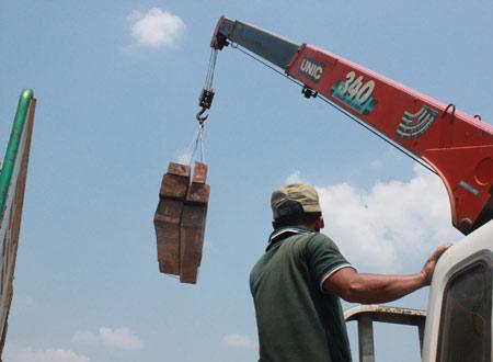 """Xem """"xe vua"""" chở gỗ khủng tự hạ tải - 7"""