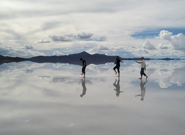Chiếc gương soi khổng lồ làm từ muối - 1