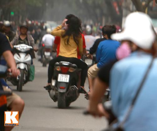 Sau scandal, Baggio và vợ đi xe máy không mũ - 1