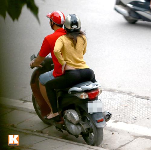 Sau scandal, Baggio và vợ đi xe máy không mũ - 11