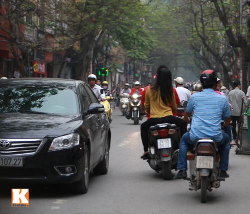 Sau scandal, Baggio và vợ đi xe máy không mũ - 2