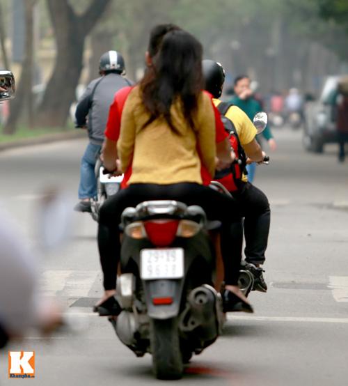 Sau scandal, Baggio và vợ đi xe máy không mũ - 3