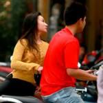 Phim - Sau scandal, Baggio và vợ đi xe máy không mũ