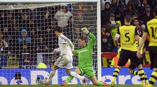 Ronaldo san bằng kỉ lục của Messi - 1