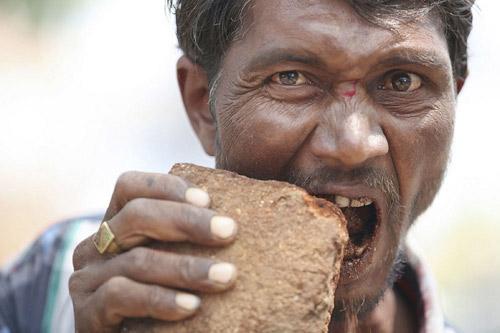 Ấn Độ: Dị nhân ngốn 3 kg gạch đá mỗi ngày - 1
