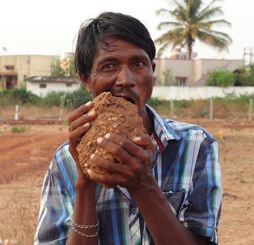 Ấn Độ: Dị nhân ngốn 3 kg gạch đá mỗi ngày - 4