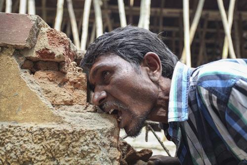 Ấn Độ: Dị nhân ngốn 3 kg gạch đá mỗi ngày - 2