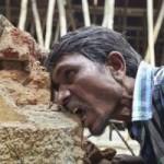 Tin tức trong ngày - Ấn Độ: Dị nhân ngốn 3 kg gạch đá mỗi ngày