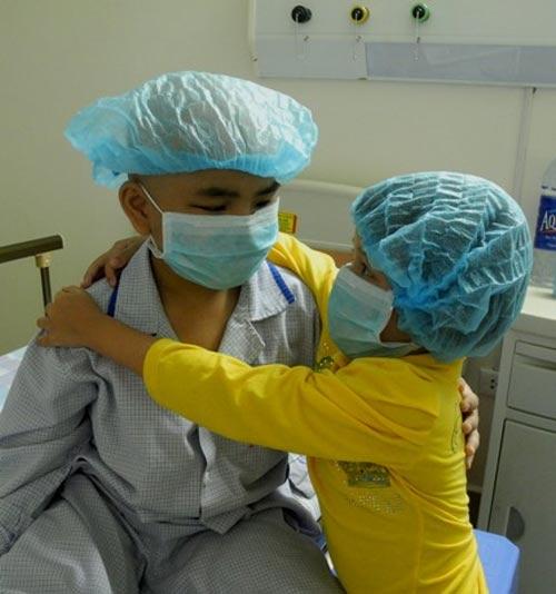 Bé gái 5 tuổi hiến tủy cứu chị ruột: Giây phút gặp lại - 2