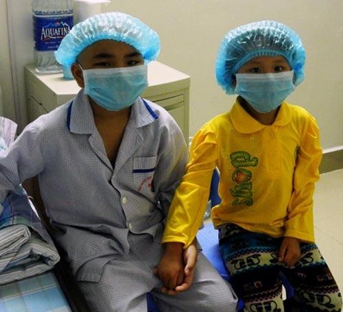 Bé gái 5 tuổi hiến tủy cứu chị ruột: Giây phút gặp lại - 3