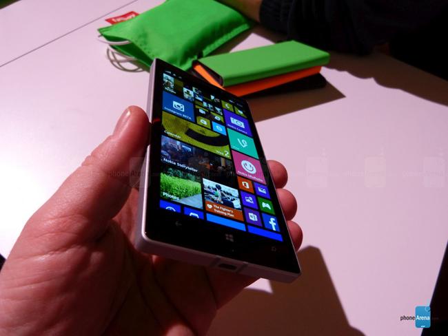 Lumia 930 có thiết kế vuông vắn, và khá chắc chắn khi cầm trên tay