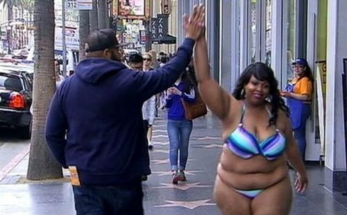 Cô gái 120 kg mặc bikini làm loạn đại lộ Danh Vọng - 2
