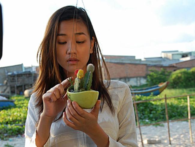 Maya tên thật là Mai Thu Hường, sinh năm 1988 tại Hà Nội.